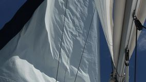 Raza de la navegación yachting Barco de lujo que viaja en el mar Mediterráneo (HD)