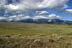 Raza de las nubes a través de los cielos de Montana Foto de archivo