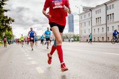 Raza de los corredores de los atletas de los líderes del grupo fotografía de archivo