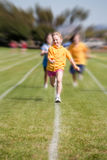 Raza de los deportes de la muchacha que gana Imagen de archivo libre de regalías