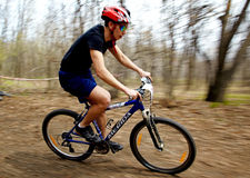 Raza de relais a campo través de la bici de montaña Foto de archivo libre de regalías
