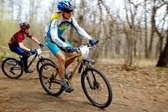 Raza de relais a campo través de la bici de montaña Fotografía de archivo libre de regalías