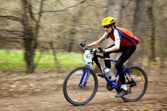 Raza de relais a campo través de la bici de montaña Imagen de archivo