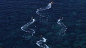 Raza de yate de la navegación Filas de yates de lujo en el muelle del puerto deportivo almacen de metraje de vídeo