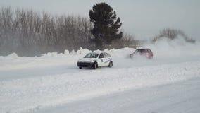 Raza del invierno en un camino nevoso almacen de metraje de vídeo