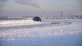 Raza del invierno en un camino nevoso El corredor viene a su vez en SUV Conducción de la nieve del camino de la montaña del invie metrajes