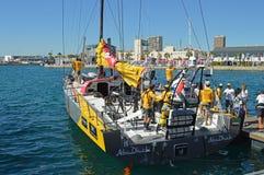 Raza 2014 - del océano de Volvo adiós 2015 de Team Abu Dhabi Ocean Racing Say a su equipo de la orilla Fotografía de archivo libre de regalías