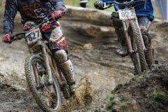 Raza en declive de la bici del fango de Mountainbiker imagen de archivo
