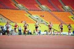 Raza femenina en la arena deportiva magnífica Foto de archivo