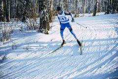 Raza joven del sprint del bosque del abedul del invierno del atleta del esquiador en estilo clásico Foto de archivo libre de regalías