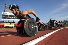 Raza masculina de los atletas de la pista de la silla de ruedas Foto de archivo libre de regalías