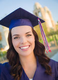 Raza mixta de graduación feliz adolescente en casquillo y vestido Fotografía de archivo libre de regalías