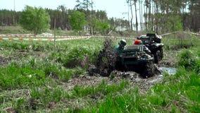 Raza a través del pantano en un ATV almacen de metraje de vídeo
