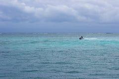 Razas de un esquí del jet a través del Caribe dentro del filón mesoamericano Fotografía de archivo