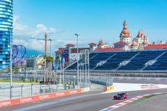 Razas del entrenamiento del coche de alta velocidad en el autodrom Imagen de archivo