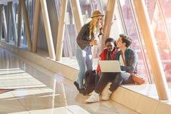 3 razas mixtas jovenes del grupo de los empresarios o de estudiantes de los adultos alrededor Imagen de archivo