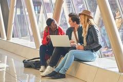3 razas mixtas jovenes del grupo de los empresarios o de estudiantes de los adultos alrededor Imagenes de archivo