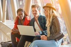 3 razas mixtas jovenes del grupo de los empresarios o de estudiantes de los adultos alrededor Fotografía de archivo libre de regalías