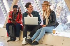 3 razas mixtas jovenes del grupo de los empresarios o de estudiantes de los adultos alrededor Fotos de archivo