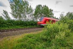 Razas rojas de un tren más allá de la cámara fotos de archivo libres de regalías