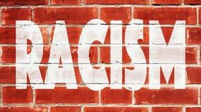 Razzismo scritto su un muro di mattoni Immagine Stock Libera da Diritti