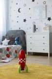 Razzo del giocattolo nella camera da letto del ` s del bambino immagini stock