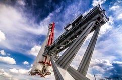 Razzo di spazio sulla piattaforma di lancio Immagini Stock
