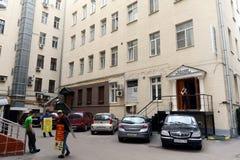 Rbat gata i Moskva Borggården av huset nummer 51 - det tidigare lägenhethuset Panyushev Arkivbild