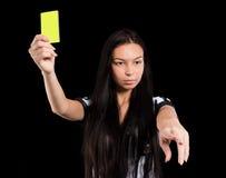 Árbitro atractivo del fútbol con la tarjeta amarilla Imagenes de archivo