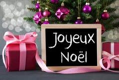 Árbol con los regalos, Bokeh, texto Joyeux Noel Means Merry Christmas Imagen de archivo libre de regalías