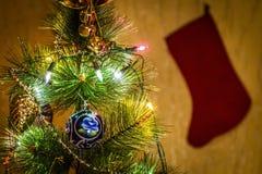 ?rbol de navidad adornado foto de archivo libre de regalías