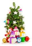 Árbol de navidad adornado con los muñecos de nieve divertidos Foto de archivo libre de regalías