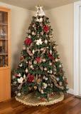 Árbol de navidad adornado en sala de estar moderna Imágenes de archivo libres de regalías