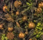 Árbol de navidad con las bolas del oro Fotos de archivo libres de regalías