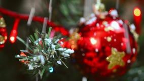 Árbol de navidad con los ornamentos y la nieve almacen de metraje de vídeo
