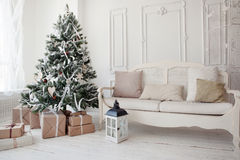 Árbol de navidad del vintage con los presentes debajo en sala de estar Fotografía de archivo
