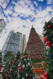 Árbol de navidad, edificio de HSBC, y edificio de Standard Chartered Foto de archivo