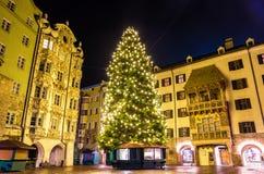 Árbol de navidad en el centro de ciudad de Innsbruck Fotos de archivo