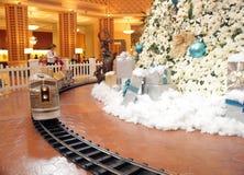 ?rbol de navidad en el hotel del delf?n de Disney Imagen de archivo
