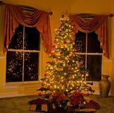 Árbol de navidad encendido en hogar acogedor Imagen de archivo