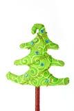 Árbol de navidad hecho a mano con las decoraciones Foto de archivo libre de regalías