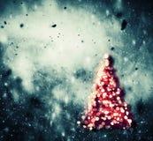 Árbol de navidad que brilla intensamente en fondo del vintage del invierno Foto de archivo libre de regalías