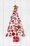 Árbol de navidad rojo de una colección de pequeños pedazos para el decoratio Foto de archivo