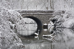 Puente de piedra en invierno Foto de archivo libre de regalías