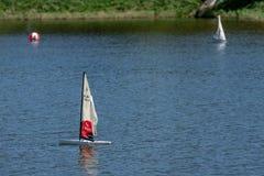 RC标度航行在竞争的模型船 免版税库存图片