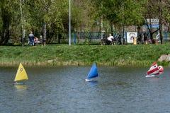 RC标度航行在竞争的模型船 图库摄影