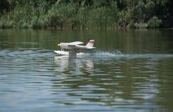 RC υδροπλάνο που προσγειώνεται στο νερό Στοκ Φωτογραφία