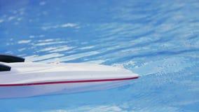RC-Boot segelt in das große Pool Toy Boat Keine Leute herum Außerhalb des Schießens Sommerzeit Frohe Atmosphäre, hinter stock video