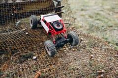RC-crawlsimmare som rider ogskyddsgallret för grov yttersida arkivfoto