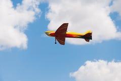 RC het model gele vliegtuig vliegen Stock Foto's